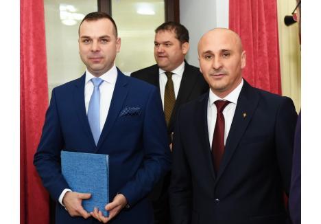 Şefii UDMR Bihor vor să-l înlocuiască pe prefectul Dumitru Ţiplea (dreapta)cu unul de-ai lor, în timp ce pentru subprefectul Fenesi Tibor (stânga) au planuri de promovare la Bucureşti, ca secretar general la Ministerul Dezvoltării,de-a dreapta ministrului Cseke Attila (mijloc)