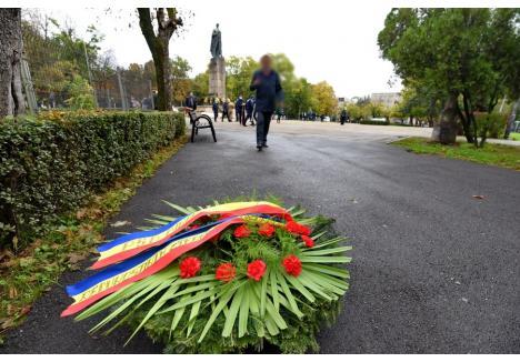 După încheierea ceremoniei, o coroană de flori a rămas pe o alee din Parcul 1 Decembrie. A fost comandată de PSD-iştii bihoreni, care n-au apărut să o şi depună...