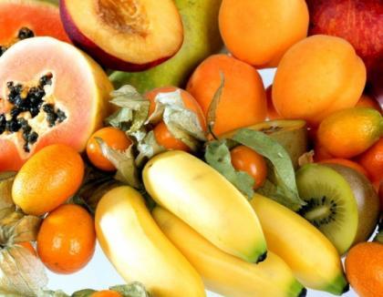 Două autotrenuri încărcate cu legume, fructe şi carne de porc, confiscate lângă Vama Borş