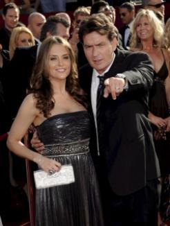 Actorul Charlie Sheen a fost arestat după ce şi-a lovit soţia