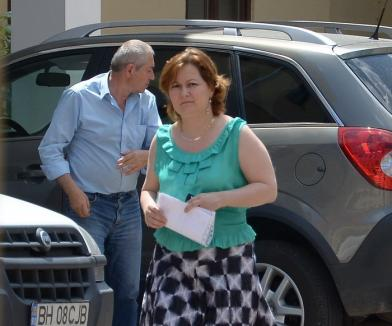 Funcţionară pretutindenară: O angajată a CJ Bihor se pontează la birou şi când lipseşte pentru a se ocupa de propria firmă