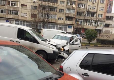O persoană a fost rănită, după ce două maşini s-au lovit frontal pe Bulevardul Dacia