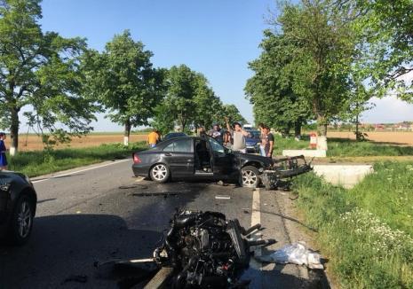 Accident violent pe DN 79, în Gepiu: Doi bărbați au fost răniți, motorul unei maşini aruncat la câţiva metri