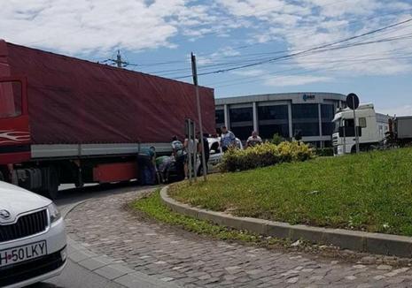 Primele concluzii ale poliţiştilor bihoreni în accidentul în care a fost rănit colegul lor: Şoferul de TIR nu s-a asigurat!