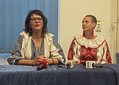 O bloggeriță de modă din Marea Britanie a venit în Bihor să vadă iile românești și celebrul cojoc din Beiuș, copiat de Dior (FOTO)