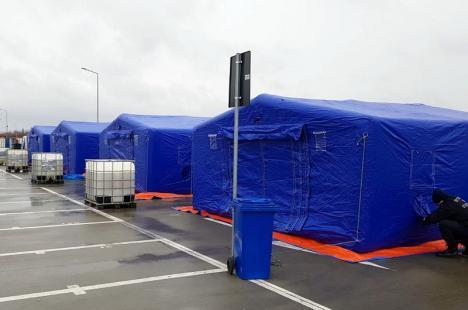 Izolaţi cu forţa! În Oradea, au fost montate corturi de campanie unde vor fi puşi sub pază cei care nu respectă auto-izolarea (FOTO)