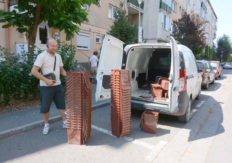 Aruncaţi cu rost! Ca să poată colecta separat deşeurile, toţi orădenii primesc găleţi pentru resturile biodegradabile (FOTO)