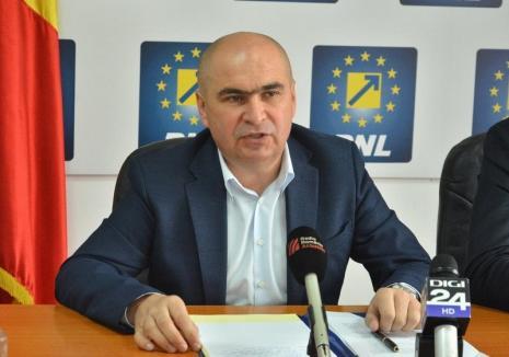 Bolojan acuză: Bihorenii plătesc mai mult pe salubrizare deoarece şefii CJ fac conferinţe de presă, nu licitaţii pentru operarea SMID