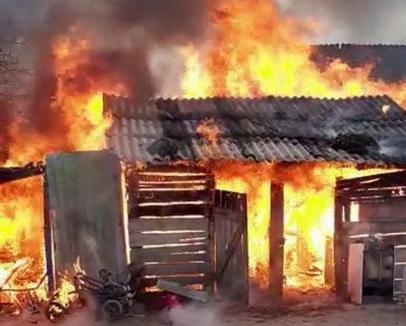 Jocul cu focul este periculos! Un copil de 5 ani din Bihor a dat foc unei magazii (FOTO / VIDEO)