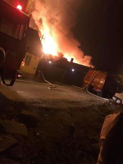 Incendiu violent în Salonta: Flăcările au cuprins o casă şi un atelier de tâmplărie (VIDEO)