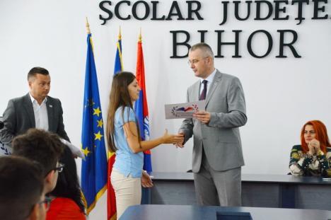 Mândria judeţului: Zeciştii de la Bacalaureat şi Evaluarea Naţională au fost premiaţi cu diplome și bani (FOTO)