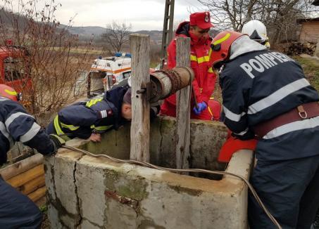 Bărbat căzut în fântână, salvat de pompierii din Marghita (FOTO)