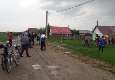 Scandal la Ortiteag, după ce doi ţigani au fost prinşi la furat (FOTO / VIDEO)