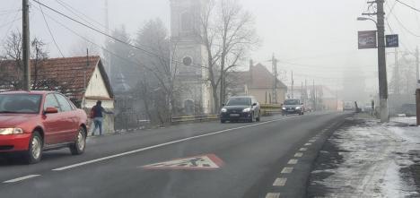 Impotenţi cu caschetă: Autoritățile din Lugaș nu reușesc să scape de prostituata din fața bisericii (FOTO)