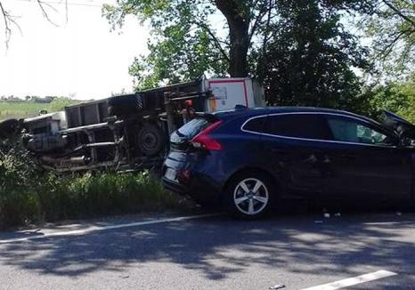 Accident la Mădăras, cu două victime: O dubiţă Ford a intrat în depășire, lovind frontal un Volvo (FOTO)