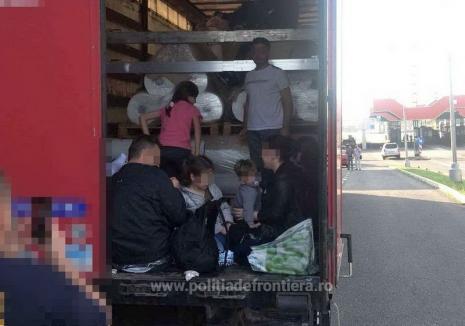 Ca sardelele! 32 de migranţi au vrut să iasă ilegal din ţară prin Vama Borş (VIDEO)