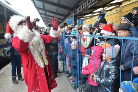 Moşule, am fost cuminte! Moş Crăciun a sosit cu trenul, în Gara Mare din Oradea (FOTO / VIDEO)