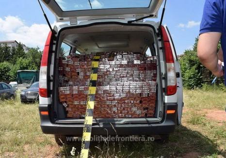 Ţigări în valoare de 150.000 de lei, confiscate în Bihor. Un contrabandist şi-a abandonat Mercedesul în câmp şi a fugit!
