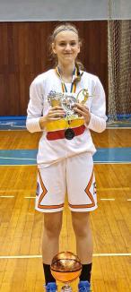 Ariana campioana: La doar 13 ani, este cea mai valoroasă jucătoare a turneului final, dar şi o elevă de nota 10 (FOTO)