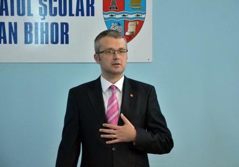 Finuţ cu naşii: Şeful Inspectoratului Şcolar şi-a angajat naşii de cununie pe posturi călduţe