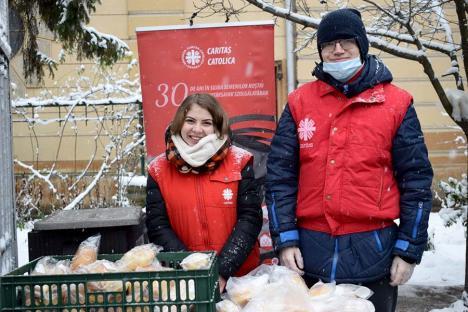Jos pălăria! În fiecare săptămână, voluntarii Caritas Catolica distribuie mâncare caldă pentru orădenii nevoiaşi sau singuri