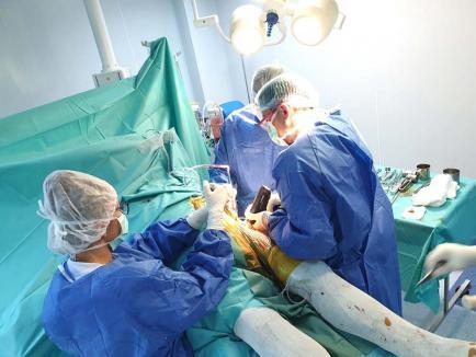 Operații hi-tech: Tot mai multe intervenții reușite ale unui medic orădean care tratează coxartroza printr-o metodă revoluționară, în timp record! (FOTO / VIDEO)