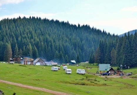 Şantierul Glăvoi: Cunoscutul loc de campare pentru turiştii cu corturi a fost transformat în cartier de construcţii ilegale (FOTO)