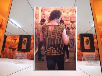 Muianul, caz de targă! Fiul doctorului Bako şi al directoarei de la Gojdu şi-a decupat pielea de pe spate şi a expus-o într-o galerie (FOTO)