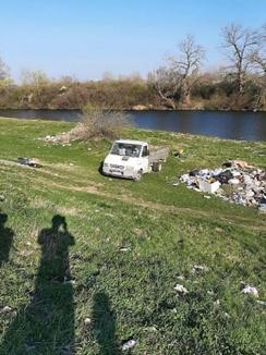 Răsar gunoaiele: Șofer prins că debarasa deșeuri pe malul Crișului în Oradea (FOTO)