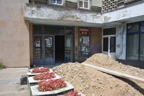 Ne enervează: Fostul cinematograf Transilvania, renovat cu maximă lentoare, dar cu deranj pentru vecini