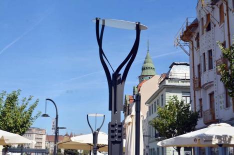 Stâlpii nu rezistă! După ce au crăpat dalele, acum se îndoaie stâlpii din Piața Unirii