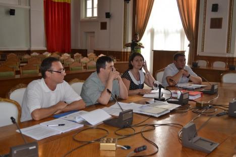 Dezbatere cu patru participanţi pe regulamentul parcării supraetajate (FOTO)
