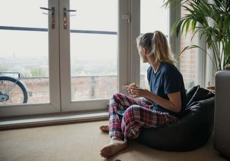 Cum să n-o luăm razna: Specialiștii ne spun ce să facem ca să depășim cu bine din punct de vedere psihic această perioadă grea