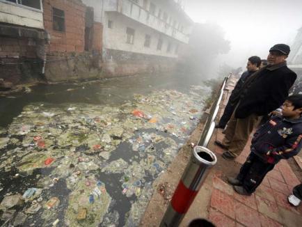 Apele Chinei, prea poluate pentru consum