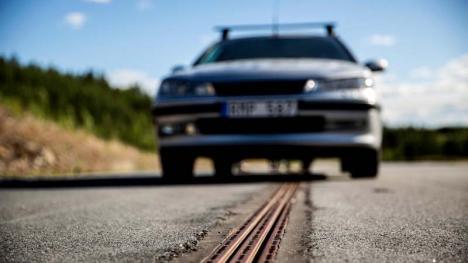 Se întâmplă în Suedia: Drumul care încarcă maşina (VIDEO)