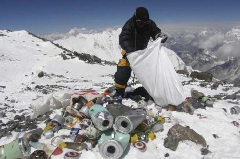 Muntele Everest la curăţat: 30.000 de voluntari vor aduna gunoaiele de pe 'vârful lumii'