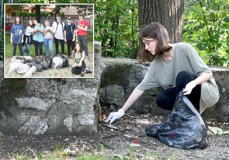 """""""Florile"""" viitorului: O gașcă de adolescenți bat parcurile din Oradea, adunând gunoaiele aruncate de alţii"""