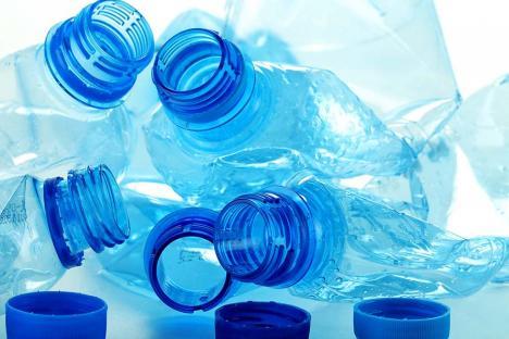 Enzima care mănâncă plastic: 'Devorează' un PET în câteva zile