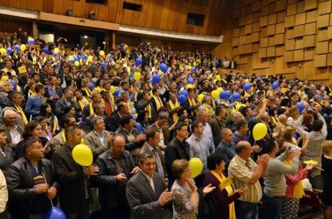 """Goana după alegători: Şefi de partide şi alţi """"grei"""" ai politicii au încercat să-i convingă pe bihoreni să le dea voturile"""