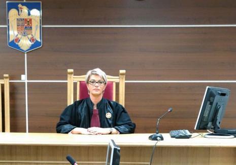 Lecţie de curaj: În loc să aplice automat deciziile CCR pro-inculpaţi, o judecătoare de la Tribunalul Bihor aşteaptă judecata Curţii Europene de Justiţie