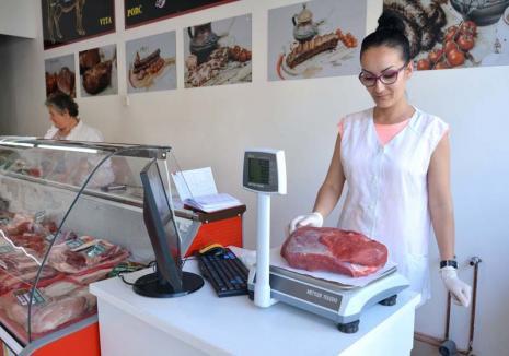 Mâncăm second-hand! Siliţi să-şi închidă abatoarele şi să-şi vândă animalele în străinătate, bihorenii au ajuns să consume carne slabă din import