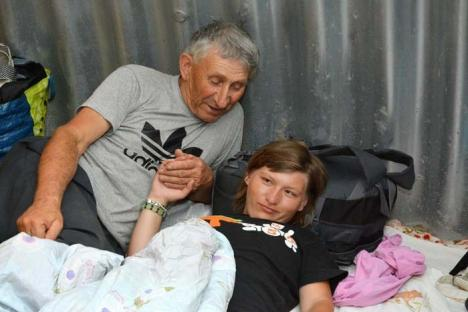 Viaţă sub pod: O familie din Oradea a ajuns să doarmă sub Podul Constantin Prezan, în zona Silvaş (FOTO)