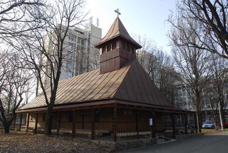 Popă contra popă: Scandal pe seama demolării bisericii din lemn din fața policlinicii Spitalului Municipal din Oradea (FOTO)