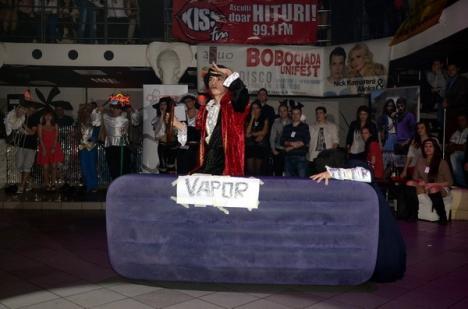"""""""Bobociada"""" Universităţii: Studenţii au făcut acrobaţii şi au mimat partide de sex (FOTO/VIDEO)"""