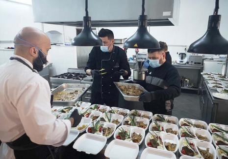Daruri cu gust: O echipă de voluntari din Oradea găteşte meniuri alese pentru cadrele medicale din linia întâi