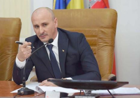 Prefectul Dumitru Ţiplea condamnă instituţiile suprapopulate şi birocraţia sufocantă: 'Ţine cârma drept şi accelerează!'