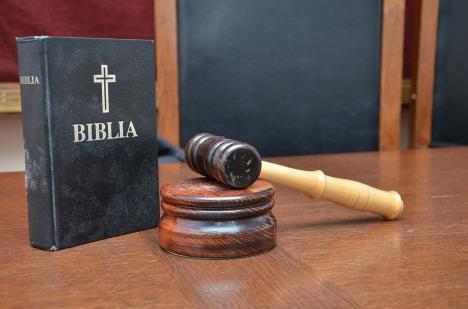 Inculpat la puterea a doua: Scos din minţi de iubită, un orădean s-a trezit acuzat de 'încălcarea solemnităţii şedinţei de judecată'