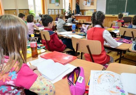 Ban după ban! Învăţătoarele încalcă legea luând bani de la părinţi pentru 'Şcoala după Şcoală'