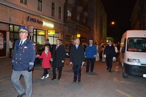 Militarii, aplaudaţi la retragerea cu torţe. Mii de orădeni i-au întâmpinat în Parcul 1 Decembrie (FOTO)