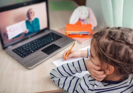 Sprijin pentru şcoală: Psihologii şcolari din Bihor organizează acțiuni de ajutorare pentru părinții și elevii afectați de școala online